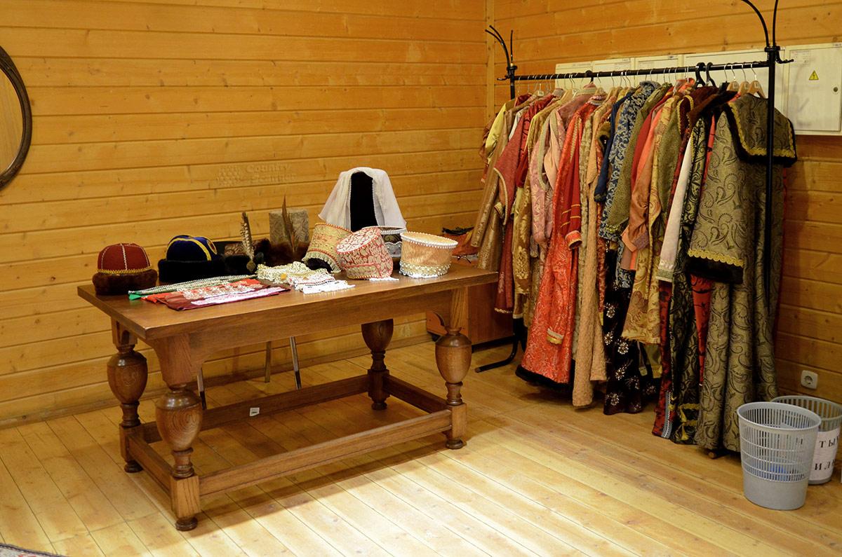 Гардеробная исторически достоверных одеяний для лиц различных сословий, имеющих доступ в коломенский дворец в царские времена. Можно переодеть манекены, можно фотографировать посетителей.