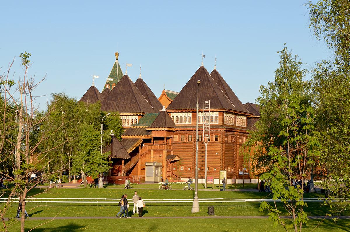 Вид на служебные помещения, обеспечивающие жизнедеятельность царского семейства при проживании в коломенском дворце. Как хорошая крепость, он имел прекрасно организованное снабжение.