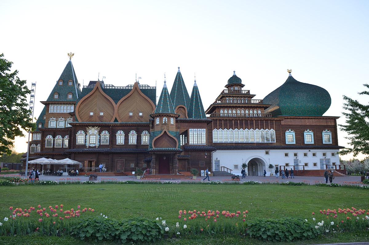 Обратный фасад комплекса зданий коломенского дворца. видна трехъярусная смотровая башня с открытыми площадками и другие подробности конструкции.