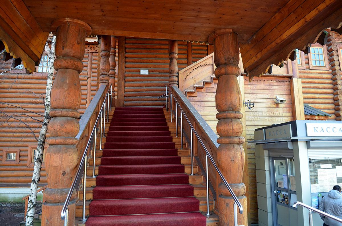 Лестница подъема в одно из снабженческих приказов (отделов) коломенского дворца. здесь нет никаких декоративных элементов, характерных для парадного входа. Рядом – билетные кассы.