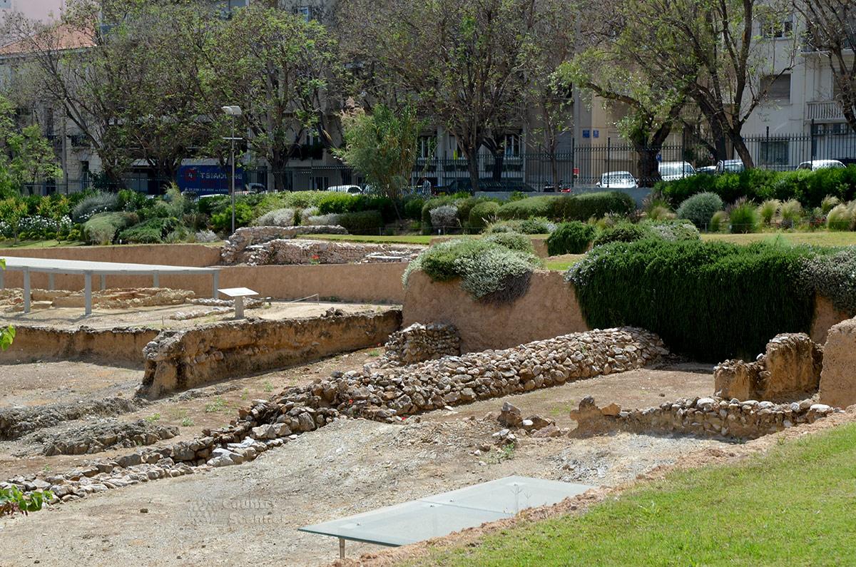 Древние фундаменты и остатки стен сооружений ликея Аристотеля трудно распознать при отсутствии навыков и знаний профессионального археолога. Посетителей выручают пояснительные таблички.