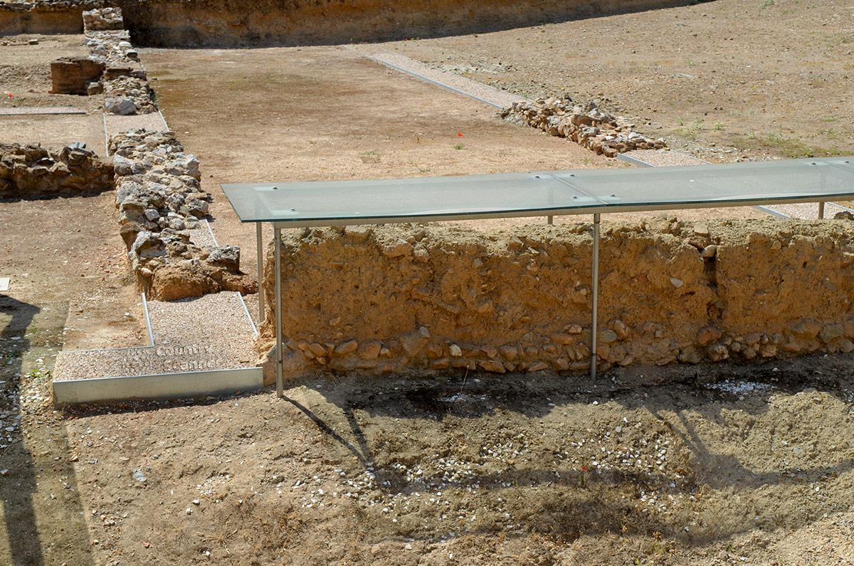 Небольшие локальные укрытия наиболее ценных и уязвимых объектов, обнаруженных археологами на территории ликея Аристотеля. На огромный купол над всей площадью ьсредств не хватило.