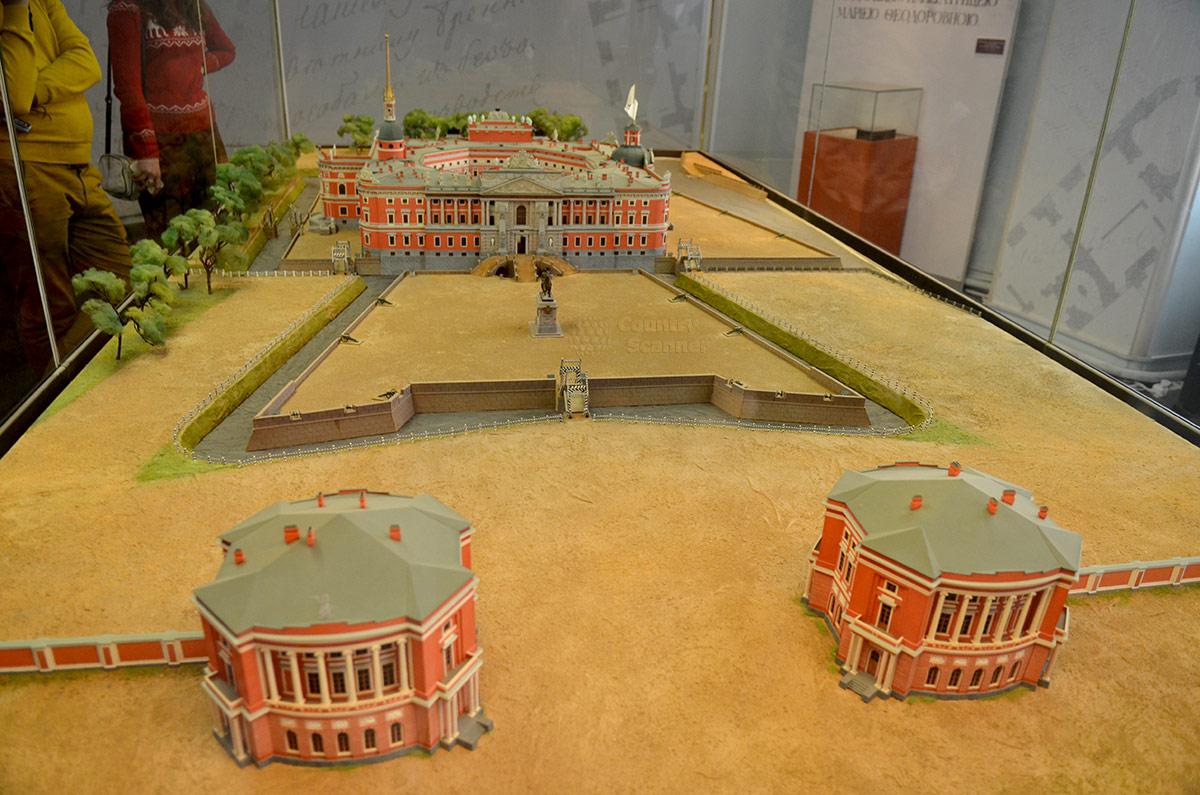 Установленный в фойе Михайловского замка макет здания и прилегающей к нему территории. Видны два контура крепостных стен, заградительный ров с водой, перекидной мост и парадный вход.