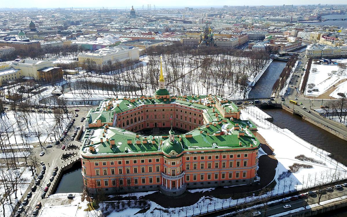 Панорама Михайловского замка и его окрестностей с высоты птичьего полета. Хорошо просматривается прямоугольный контур и восьмигранник внутреннего двора.