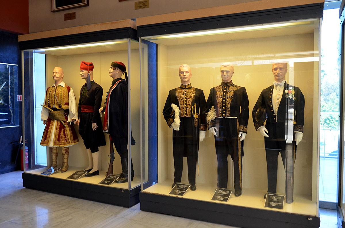 Посетители музея Войны в Афинах могут лицезреть обмундирование греческих солдат и офицеров различных времен. Нужно признать, что форма довольно красочная.