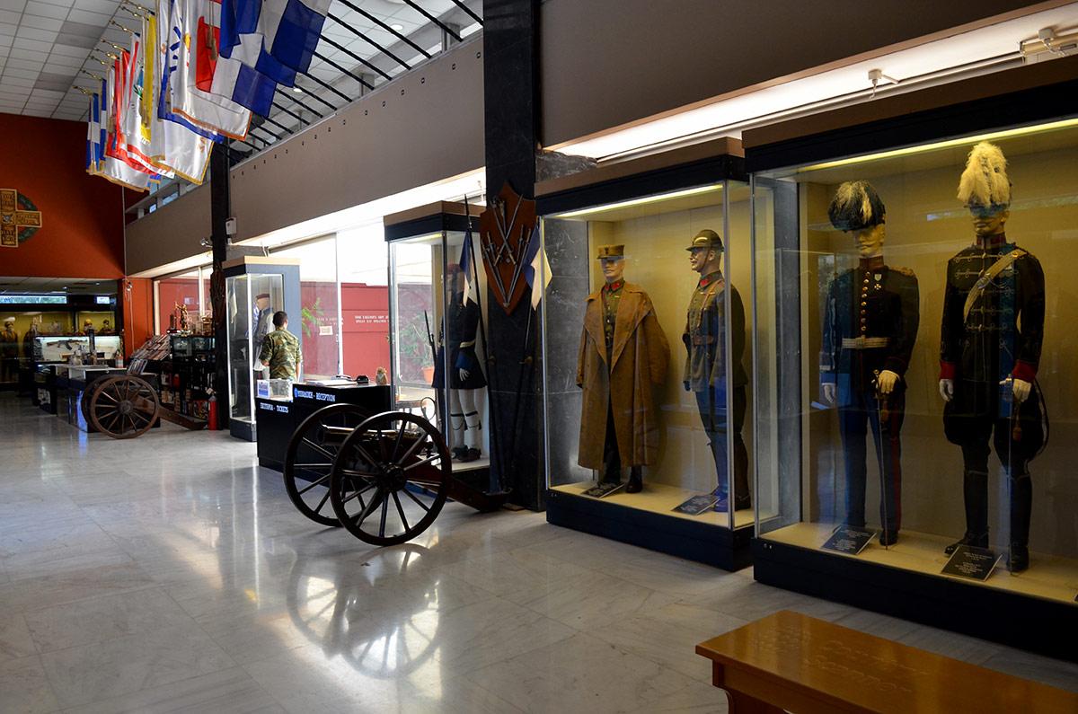 Манекены, облаченные в форменную одежду различных подразделений греческой армии, выстроились в витринах музея Войны в Афинах рядом с пушками и другими экспонатами.