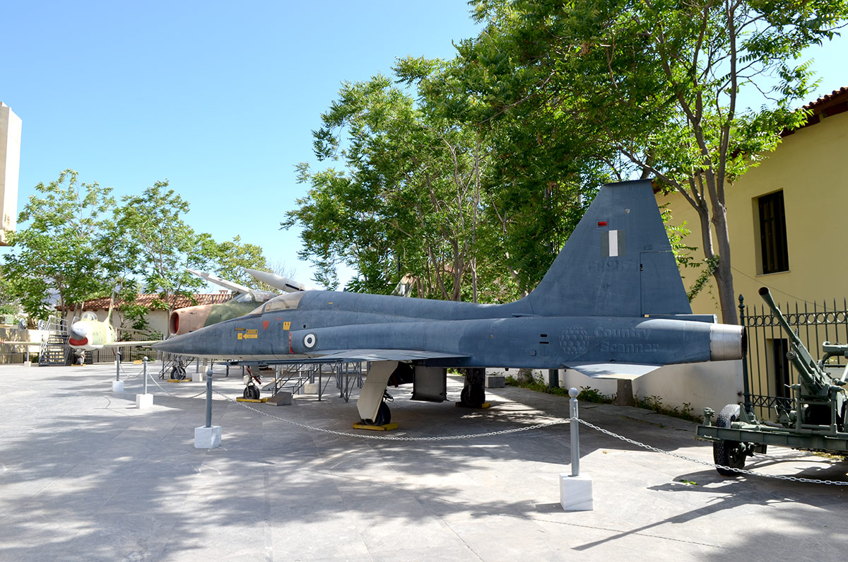 На открытой демонстрационной площадке музея Войны в Афинах выставлены настоящие самолеты и артиллерия. Красив силуэт реактивного истребителя Nortrop F-5.
