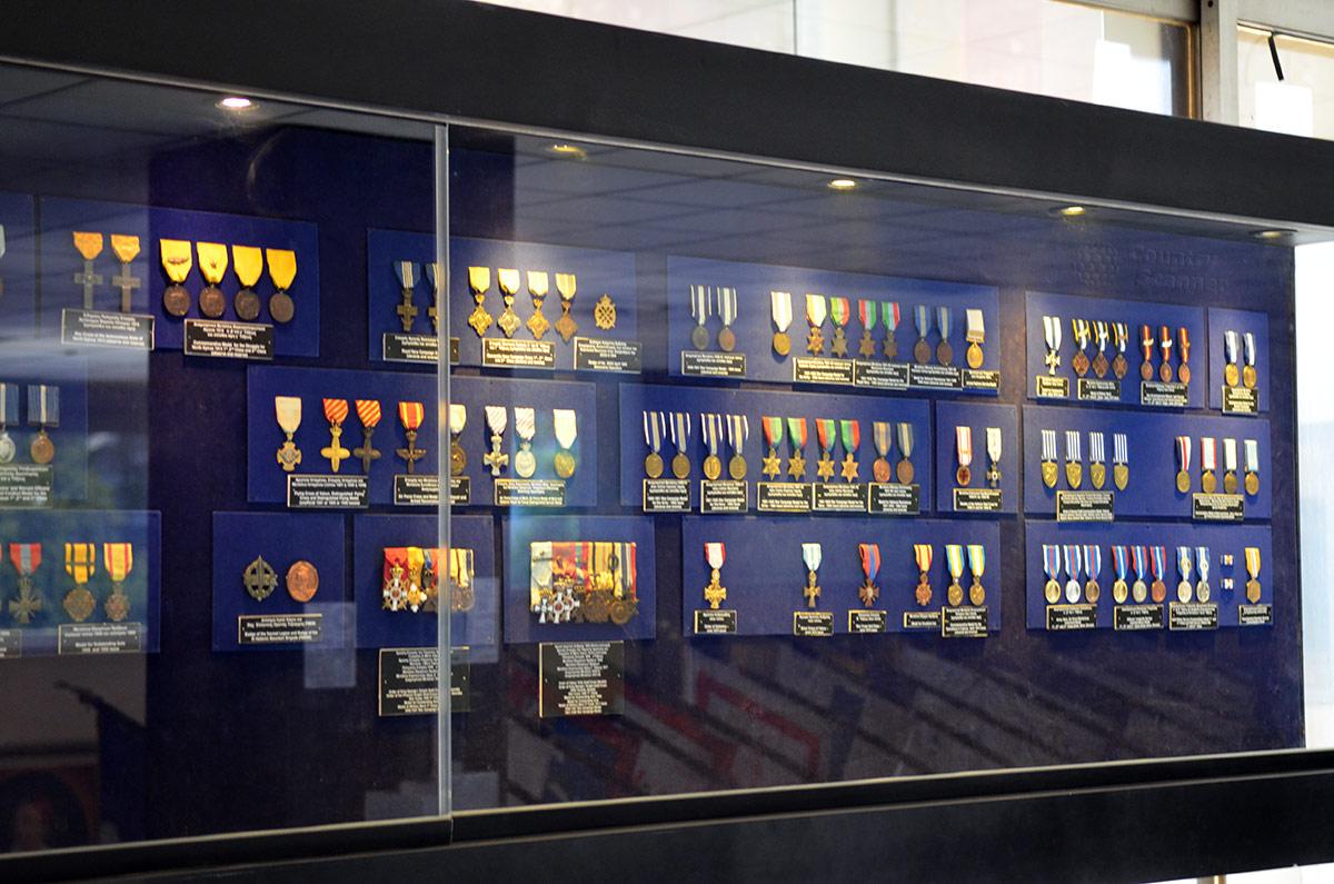 Многочисленные варианты греческих воинских наград можно видеть в витрине музея Войны в Афинах. Многие ордена и медали имеют несколько степеней, вручаются последовательно.