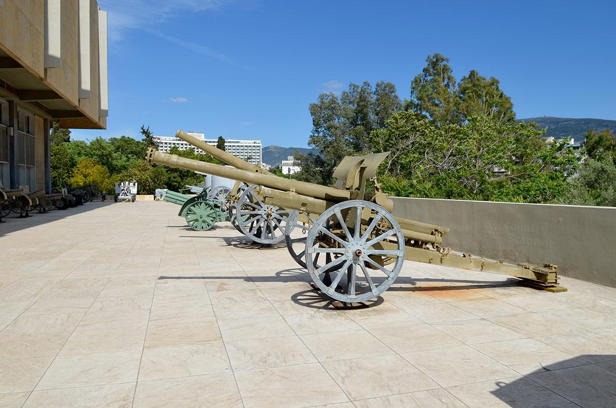 Артиллерийская экспозиция на южной площадке здания музея Войны в Афинах. Представлены орудия разного назначения и характеристик.