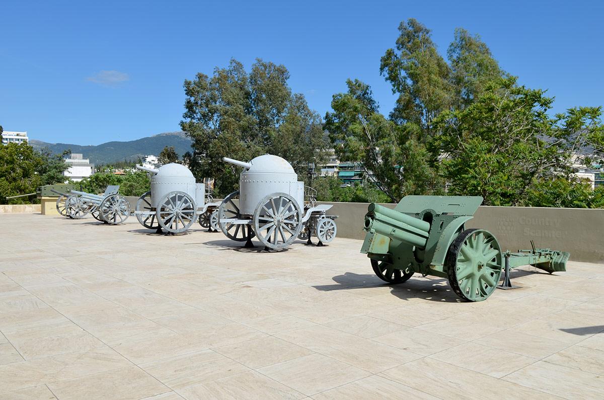Посетители музея Войны в Афинах часто принимают бронированные колпаки с торчащими пушками на колесах за старинные танки. На самом деле это пушки Круппа с защитой расчета от пуль и осколков.