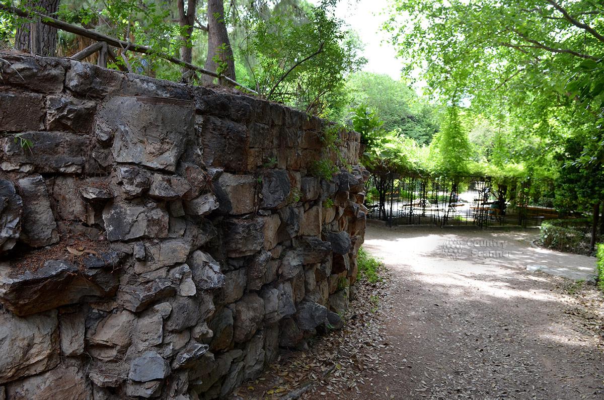 В национальном саду при оформлении откосов и подпорных стенок часто использовался колотый камень без всякой иной обработки (теска, шлифовка). Так полнее раскрывается природная красота горных минералов.