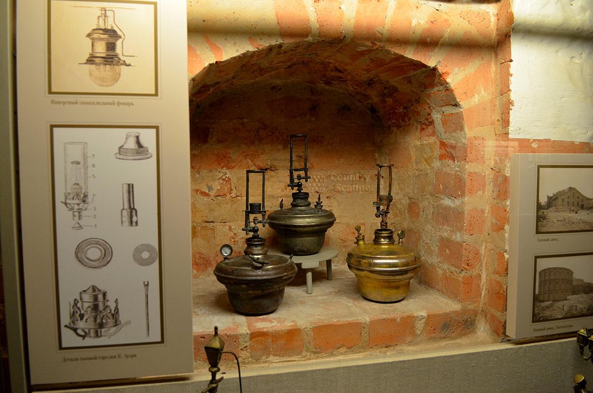Кроме различных светильников, в Огнях Москвы выставлены приборы для кипячения жидкостей. На фото образцы примусов, сохранивших свое устройство до наших дней и используемые поныне.