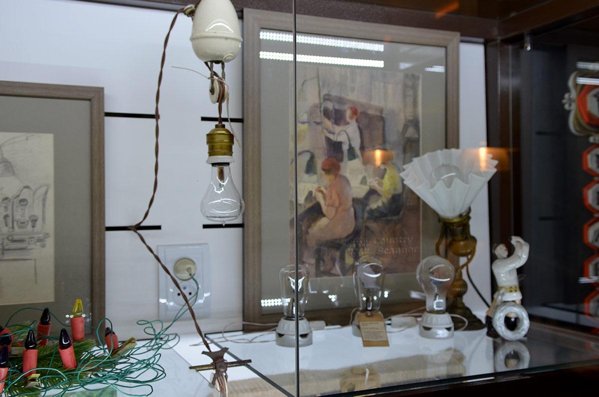 Вместе с вечной лампочкой в Огнях Москвы выставлены лампы с различной конфигурацией стеклянных колб, а также гирлянда лампочек для новогодней елки. Все это можно увидеть в действии.