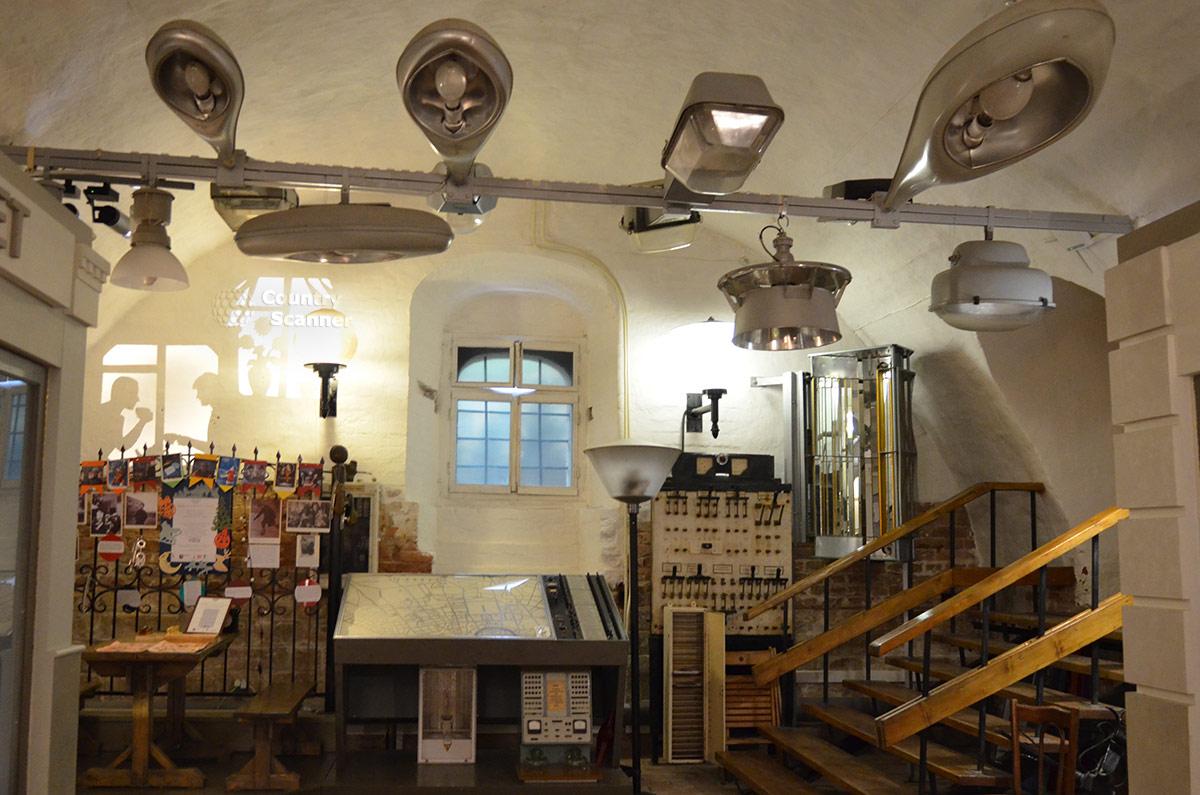 Витрина музея Огни Москвы с экспонатами, относящимися к сфере управления системой уличного освещения крупного города. Контрольный пульт и отключающие устройства – рубильники.