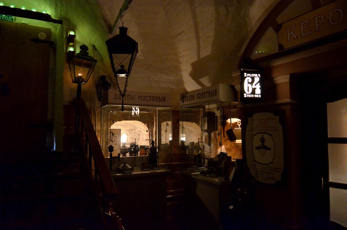 Огни Москвы демонстрируют разновидности масляных осветительных ламп и фонари для конных экипажей.