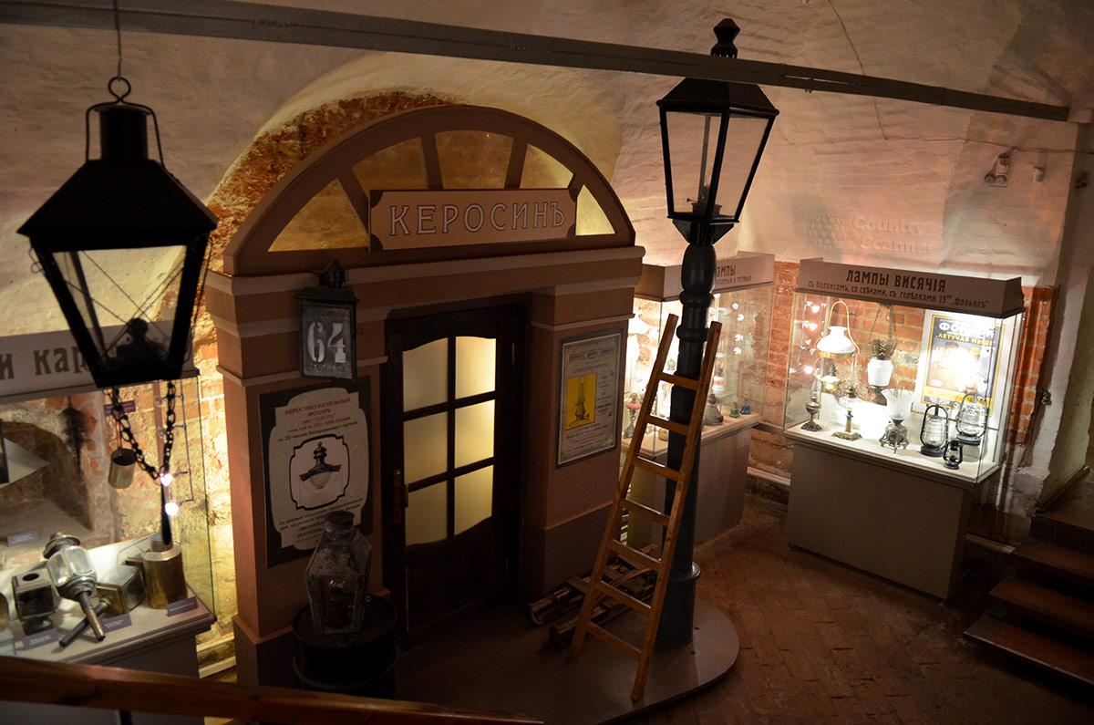 Уличный фонарь в его реальных размерах установлен в Огнях Москвы рядом с керосиновой лавкой, к нему приставлена деревянная лестница для обслуживания и зажигания.