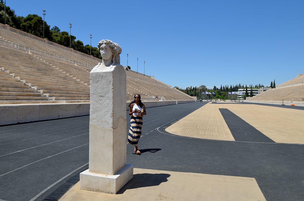 Олимпийские чемпионы древности в мраморных статуях остаются на территории стадиона Панатинаикос в Афинах. Очень символичная связь различных временных эпох.