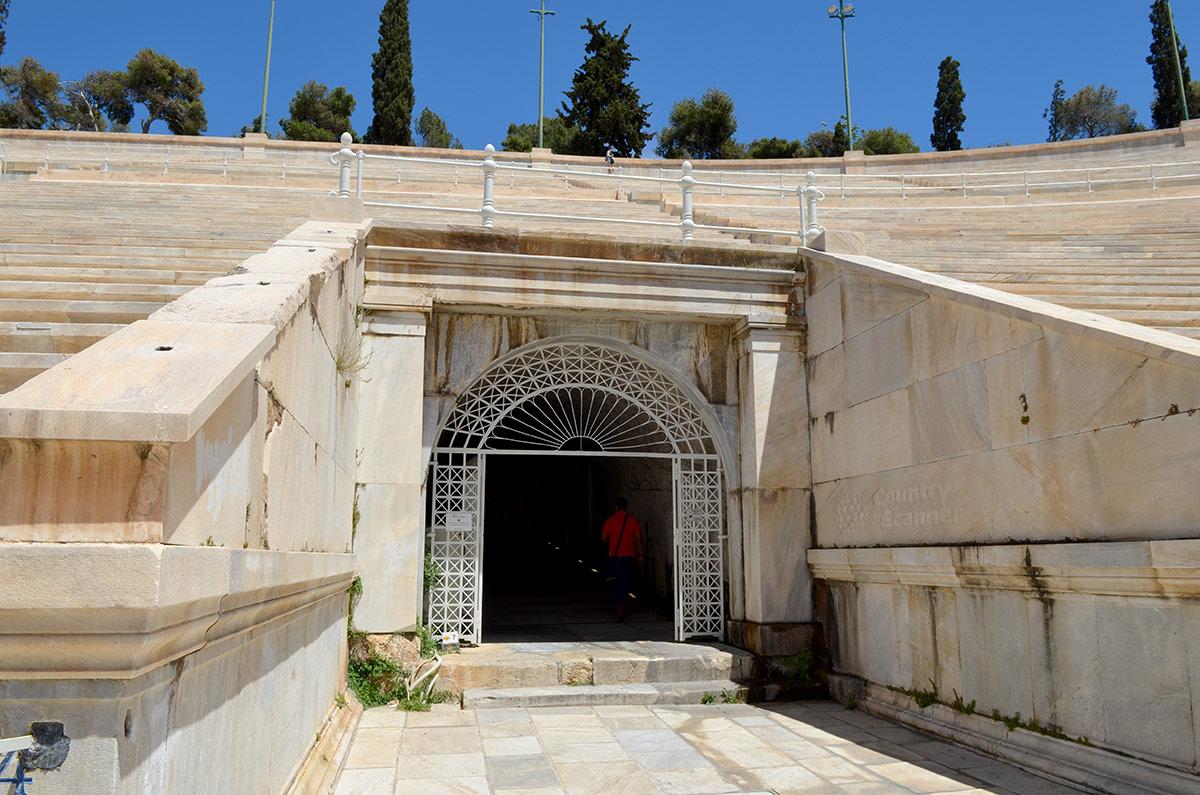 Темный коридор, ведущий под трибуны стадиона Панатинаикос – не выход со стадиона на улицу, а вход в музейное помещение. Посетить его очень полезно и познавательно.