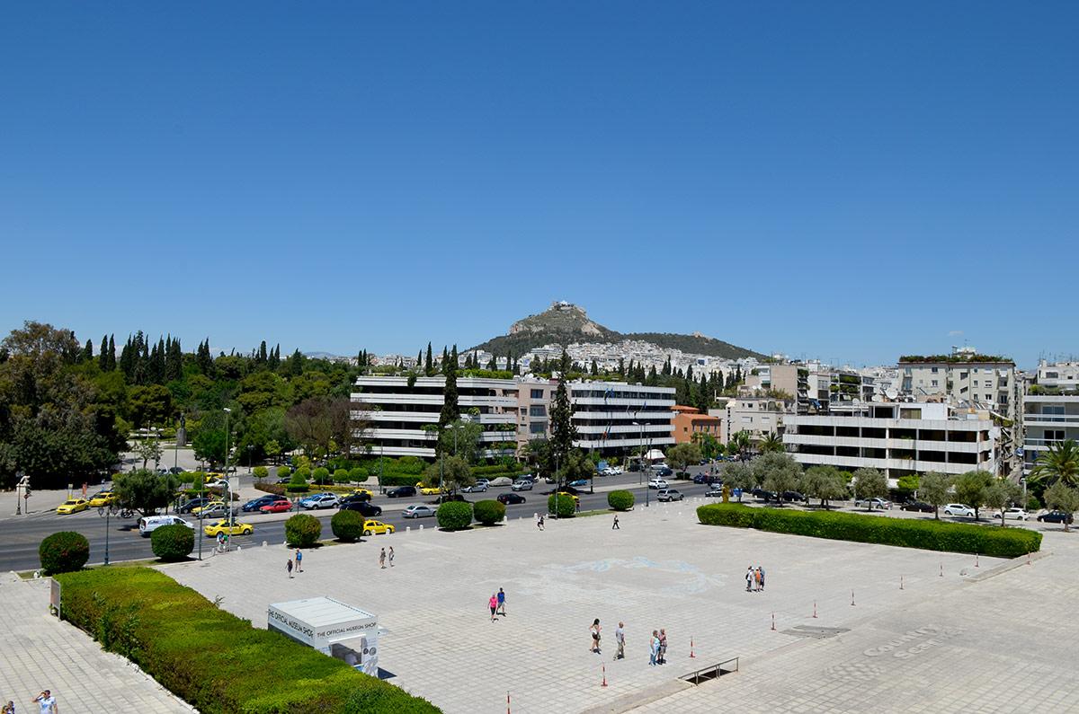 Очень живописны окрестности стадиона Панатинаикос, расположенного среди зеленых насаждений. На фоне современной застройки видны старинные развалины на холме.