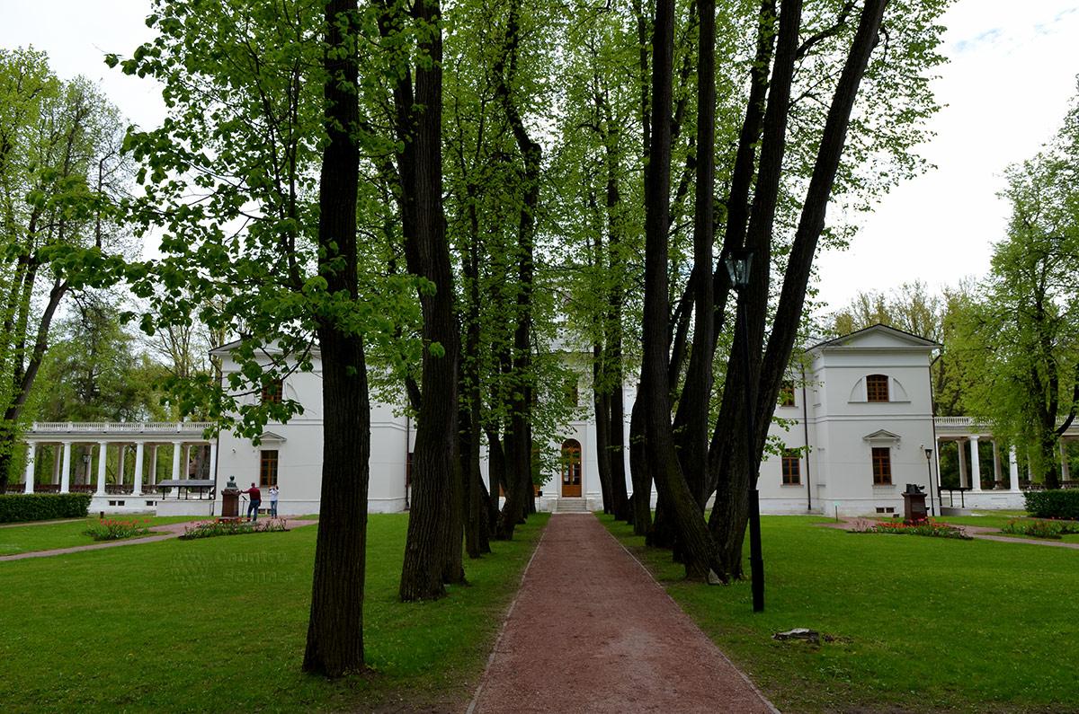 Знаменитая липовая аллея в усадьбе Остафьево состоит из посаженных более двух столетий назад деревьев. Именно эту аллею Пушкин назвал Русским Парнасом, собирающим лучших поэтов.