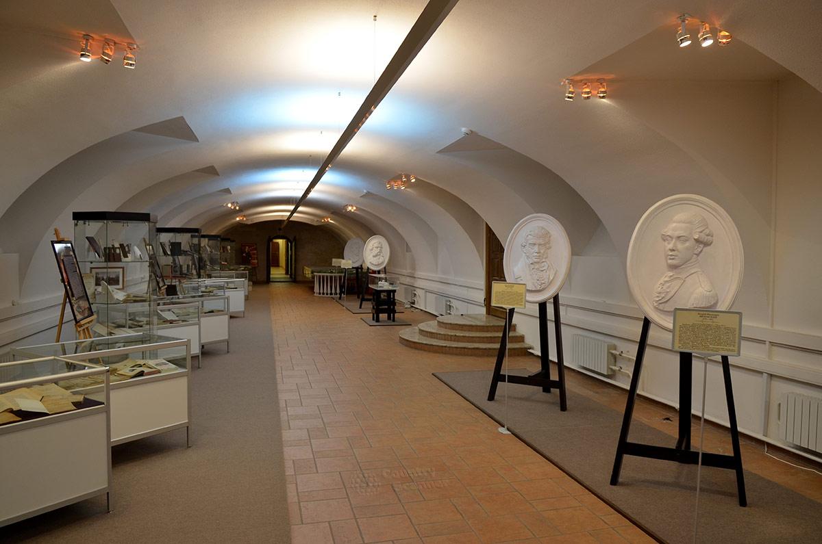 Цокольный этаж усадьбы Остафьево начал выставочную деятельность раньше парадных и жилых помещений. Галерея барельефов хозяев имения под арочным сводом.