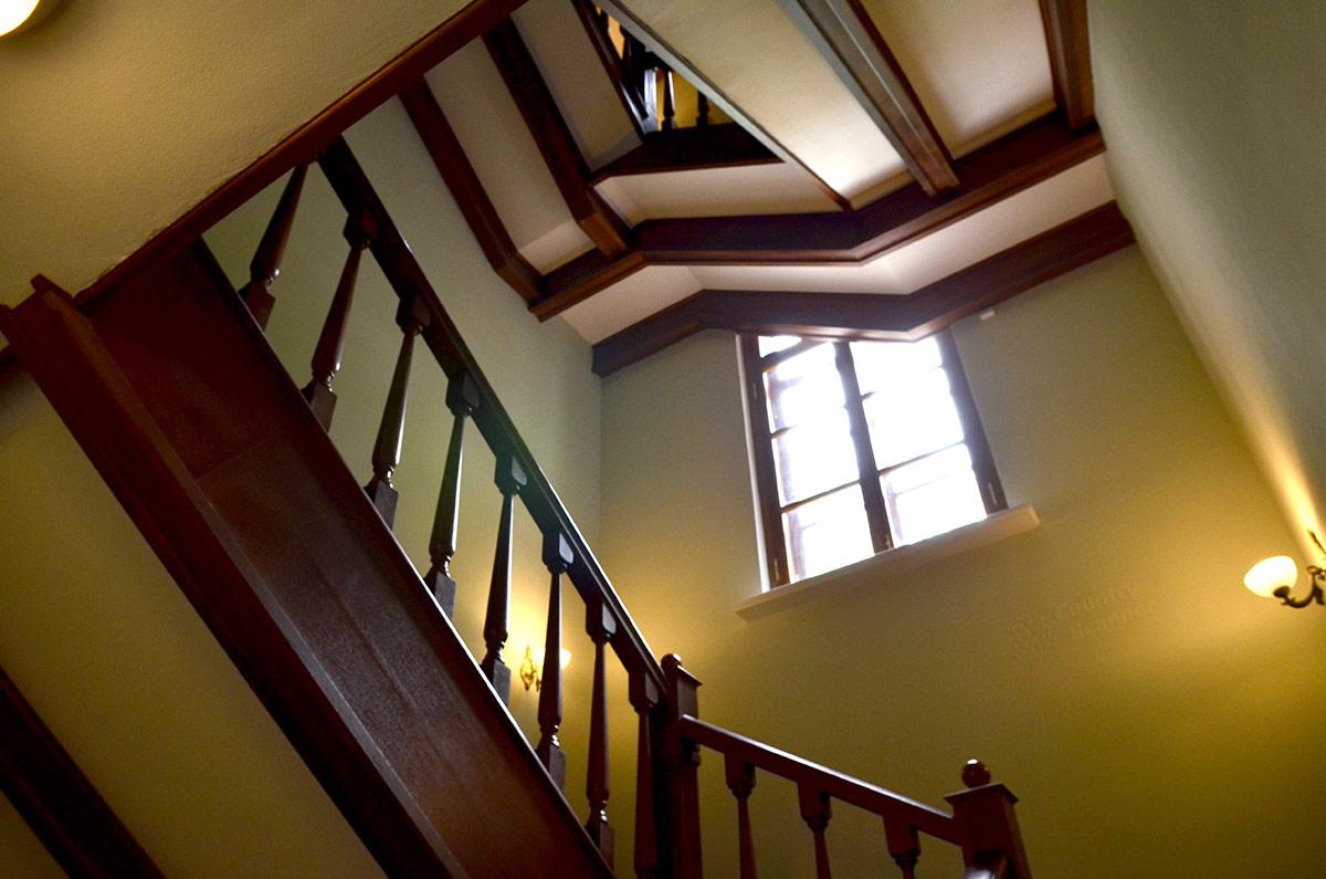 Доступ посетителей на следующие этажи здания усадьбы Остафьево обеспечивает восстановленная в первоначальном виде лестница. В дальнейшем ее, несомненно, оформят более красочно.