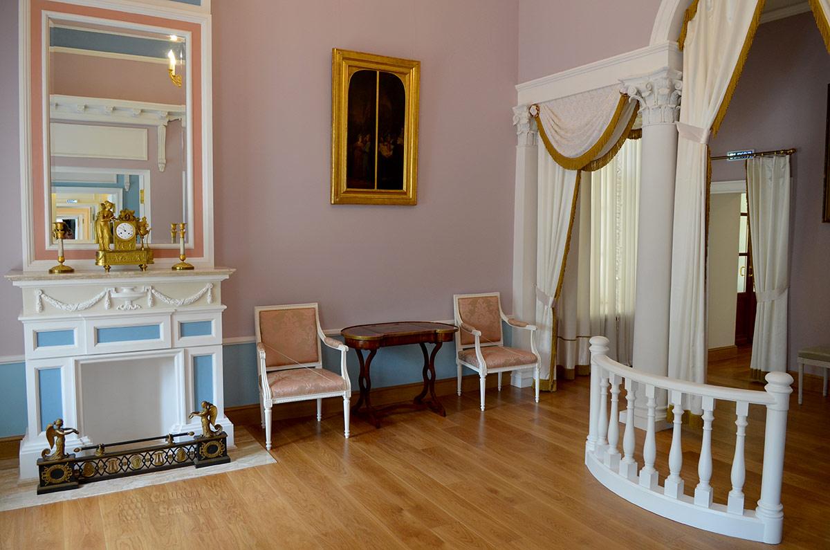 В парадной спальне усадьбы Остафево, где никто никогда не спал, находится самый красивый и примечательный камин из множества подобных сооружений в усадьбе. За перилами нет кровати.