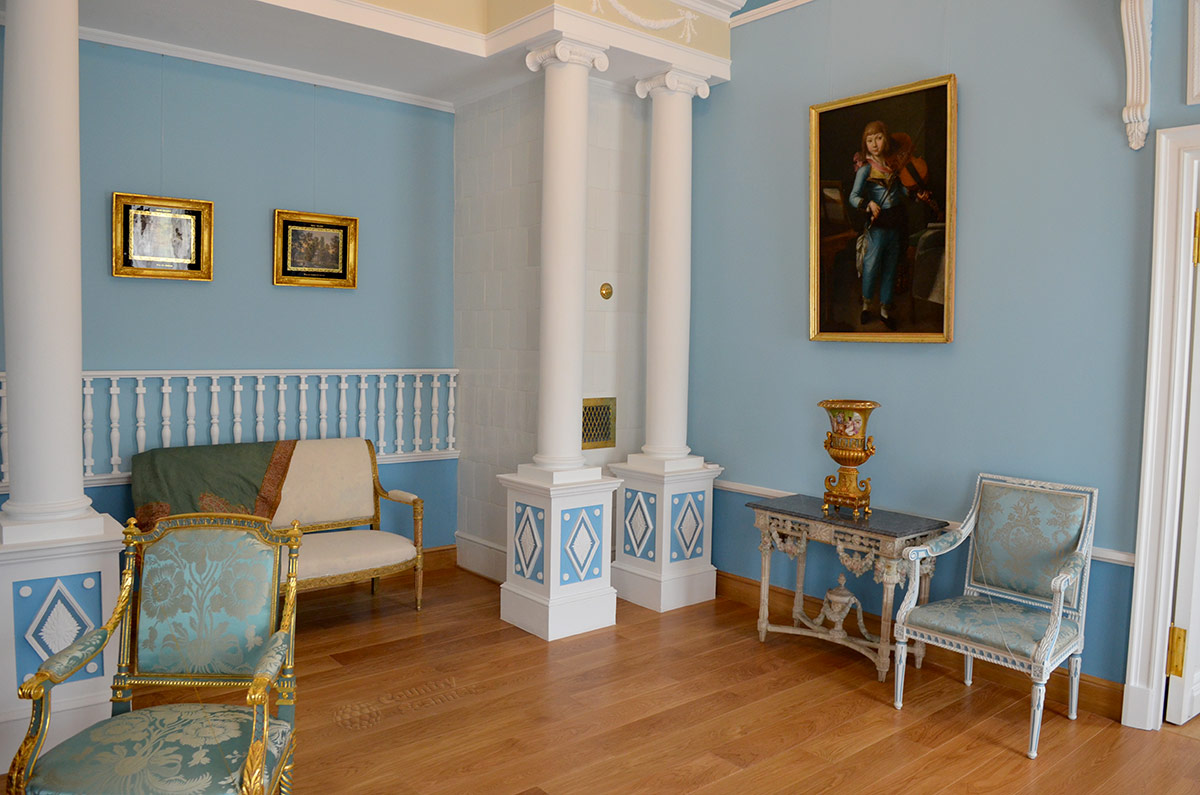 Парадные спальни в русских дворянских усадьбах никогда для сна не использовались. Вот и в усадьбе Остафьево эти помещения служили для общения с самыми близкими людьми.