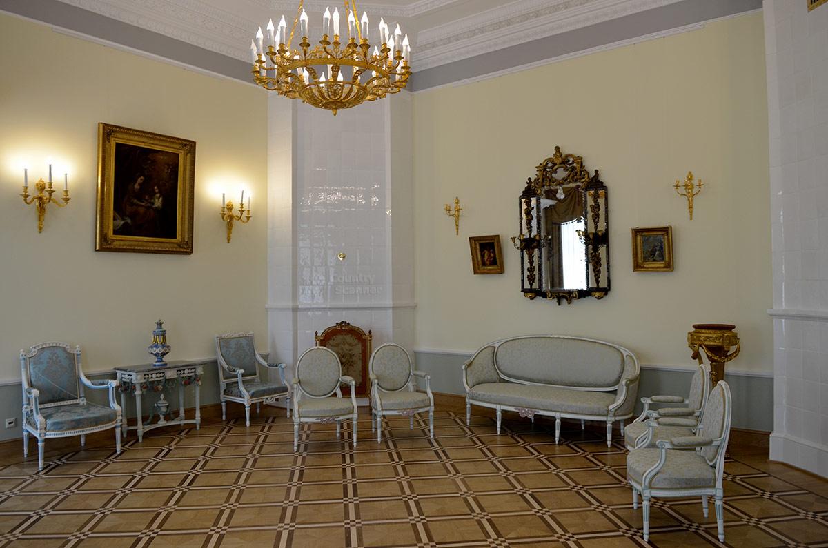 Большая гостиная усадьбы Остафьево – место приема желанных гостей. Обстановка располагает к дружескому общению, мебель соответствующая, зеркала с встроенными в раму канделябрами просто прекрасны.