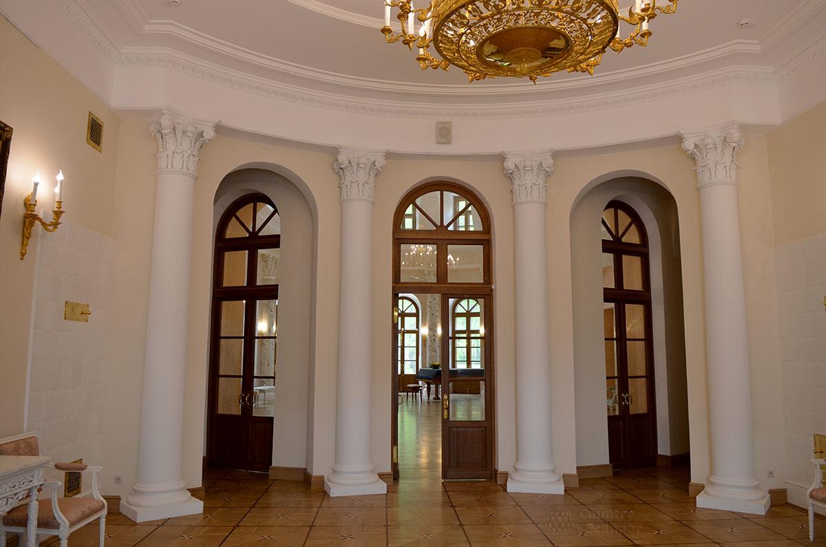 Парадная прихожая центрального здания усадьбы Остафьево. Три двери обеспечивают доступ в Овальный зал и другие помещения. вестибюль украшен колоннами в промежутках между дверями.