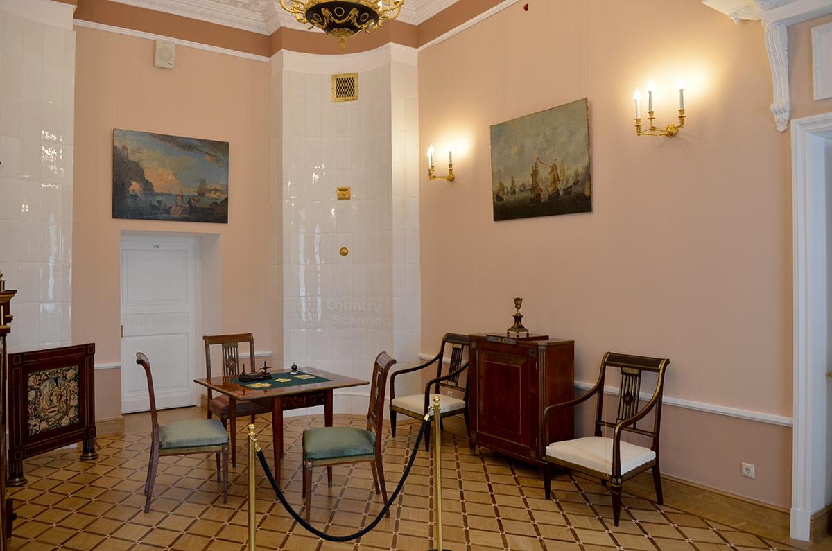 Малая, или мужская гостиная в усадьбе Остафьево служила поэтам, входящим в круг близких друзей хозяина, не только для чтения стихов. Присутствие ломберных столов говорит о занятиях азартными играми.