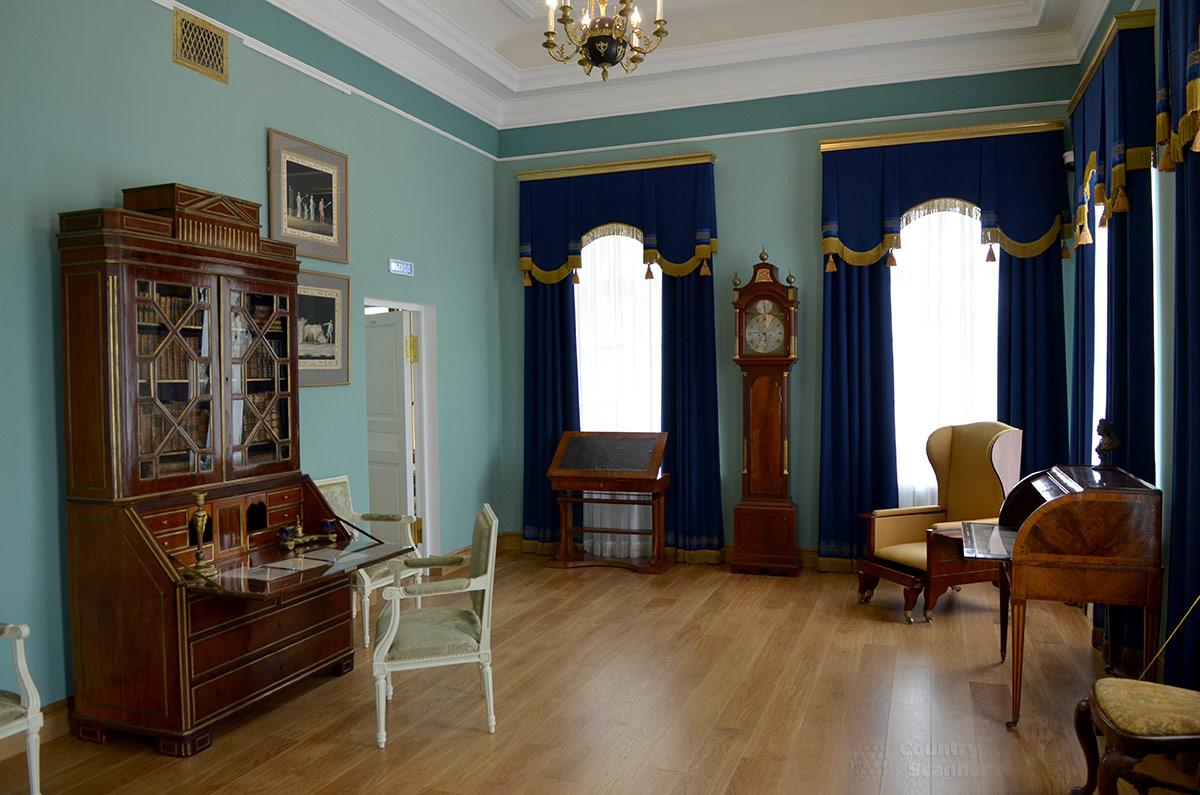 Угловая комната восточного крыла основного здания усадьбы Остафьево служила для размещения обширной библиотеки Андрея Ивановича. Сейчас томов здесь намного меньше.