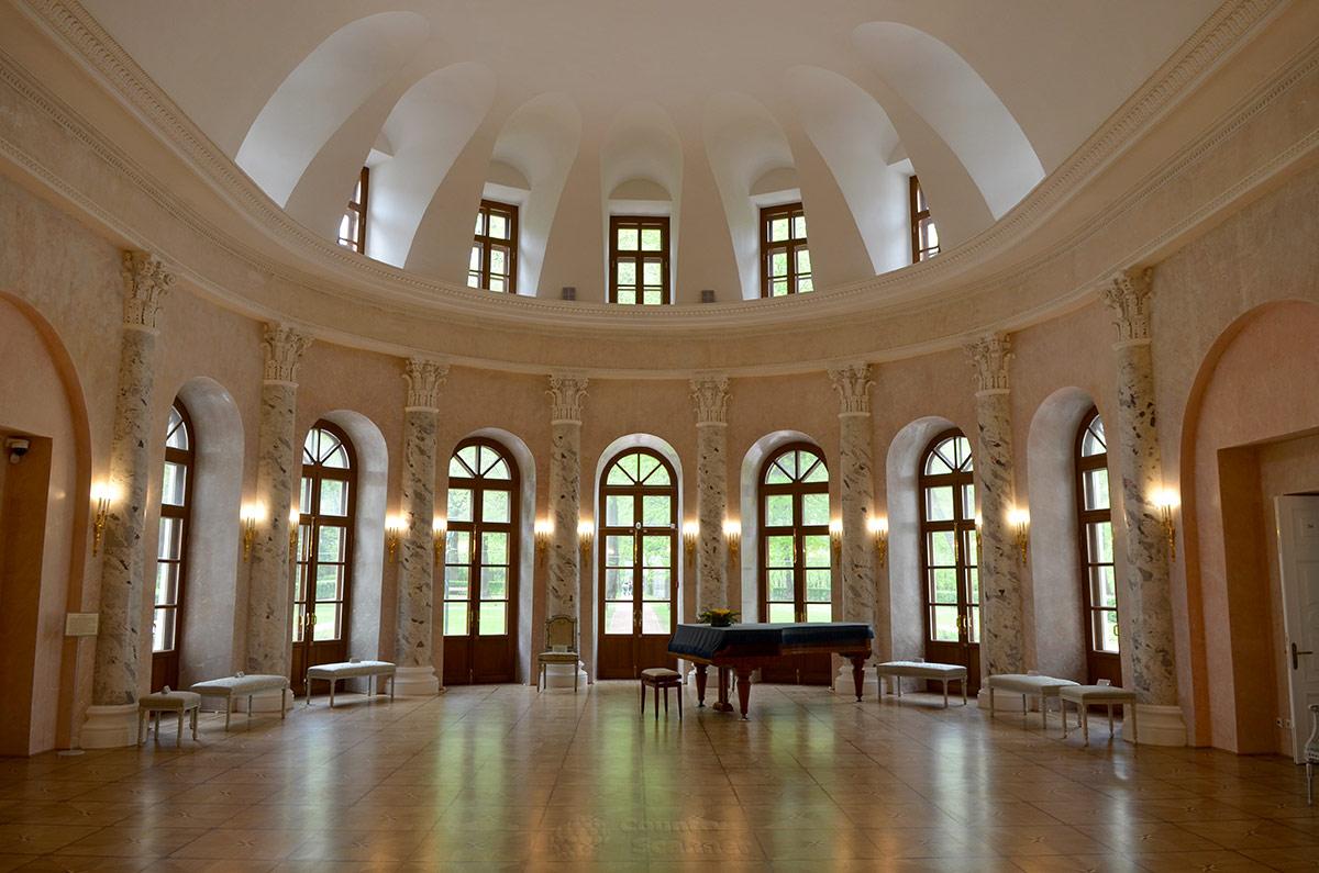 Одним из главных помещений усадьбы Остафьево был Овальный зал, размещенный в центре северной стороны здания. Пристрой в виде апсиды увенчан куполом, имеет 7 выходов в парк.