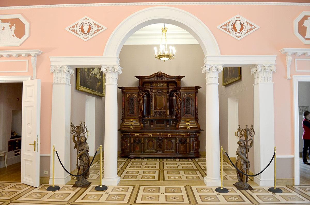 Парадную столовую усадьбы Остафьево ее основатель задумал как место хранения своих многочисленных коллекций. В нишах за арками с колоннами и пилястрами хранились предметы искусства, мебель, оружие.