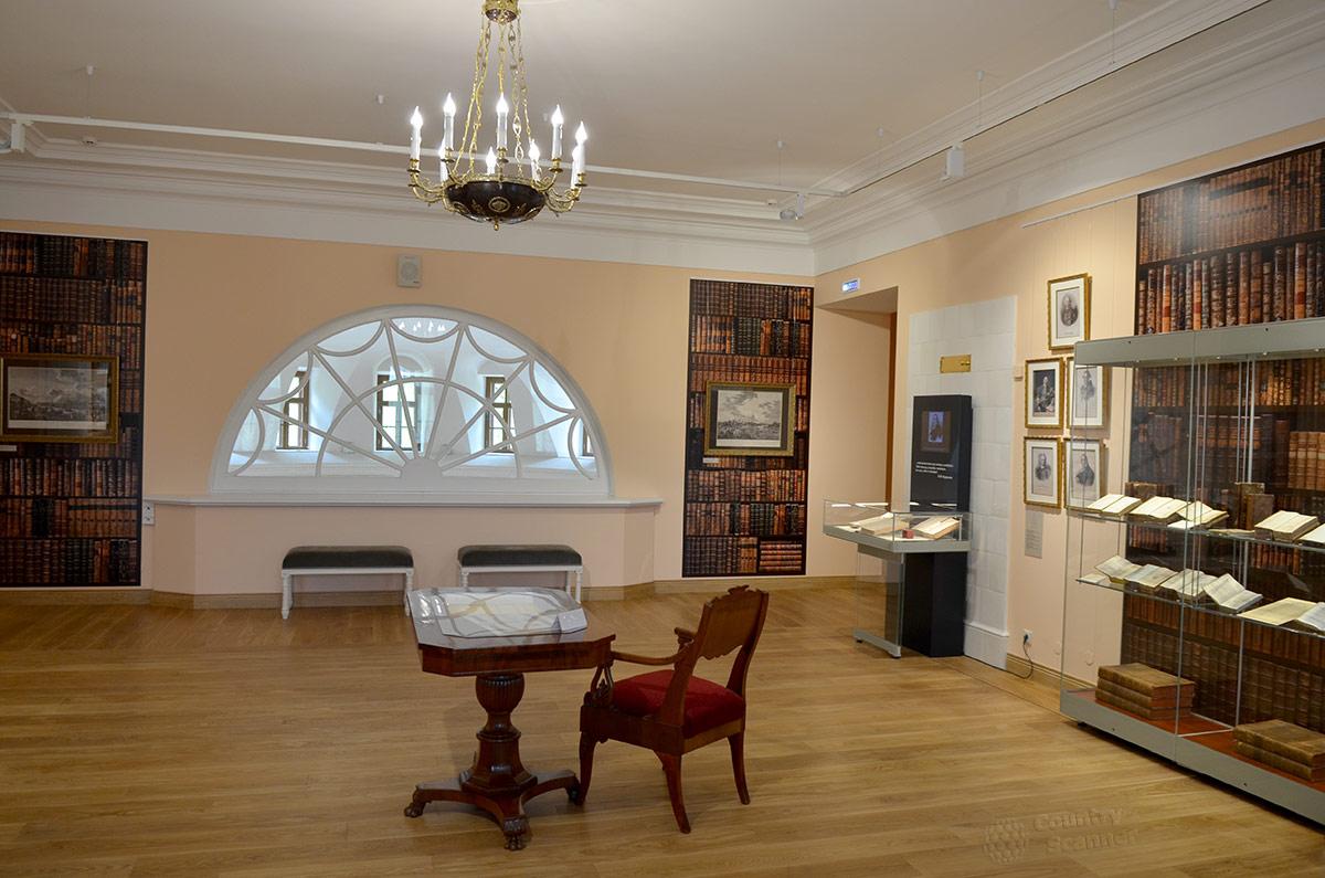 Одно из помещений второго этажа усадьбы Остафьево из-за срочности подготовки к 250-й годовщине со дня рождения Карамзина не успели укомплектовать экспонатами. Пришлось использовать фотообои.
