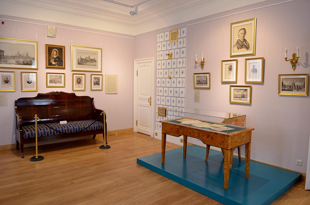Еще одна комната усадьбы Остафьево, предоставленная в пользование супругам Карамзиным. Мебель, если и не служила им лично, но по времени производства эпохе соответствует.