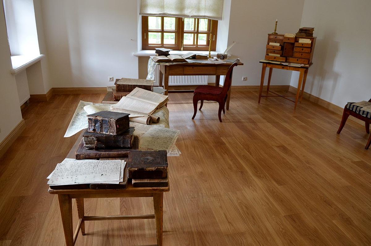 Воссозданная по описаниям современников рабочая комната Карамзина в усадьбе Остафьево. Совершенно аскетичная обстановка была характерной чертой работы историка.