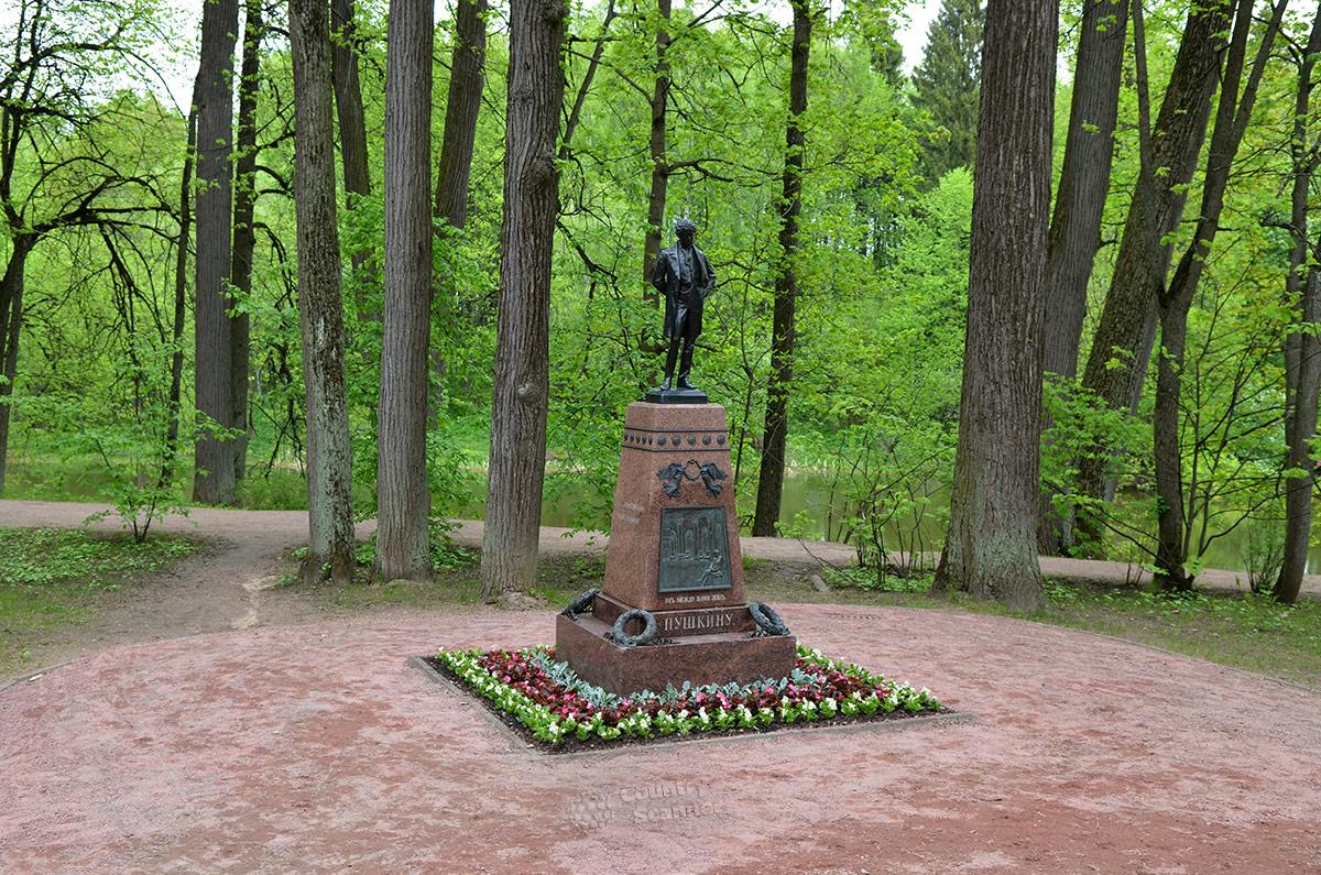 Граф С.Д. Шереметев, унаследовавший усадьбу Остафьево по линии жены, основал здесь первый общедоступный пушкинский музей. Не обошлось и без памятника великому поэту в приусадебном парке.