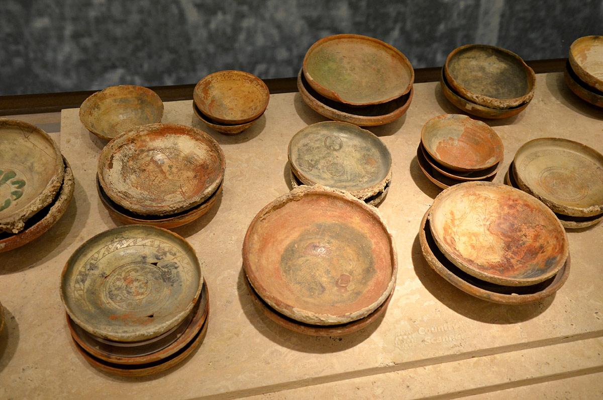 Самый древний и распространенный бытовой предмет всех времен и народов – обычная тарелка. В византийском музее подобные изделия представлены множеством разнообразных образцов.