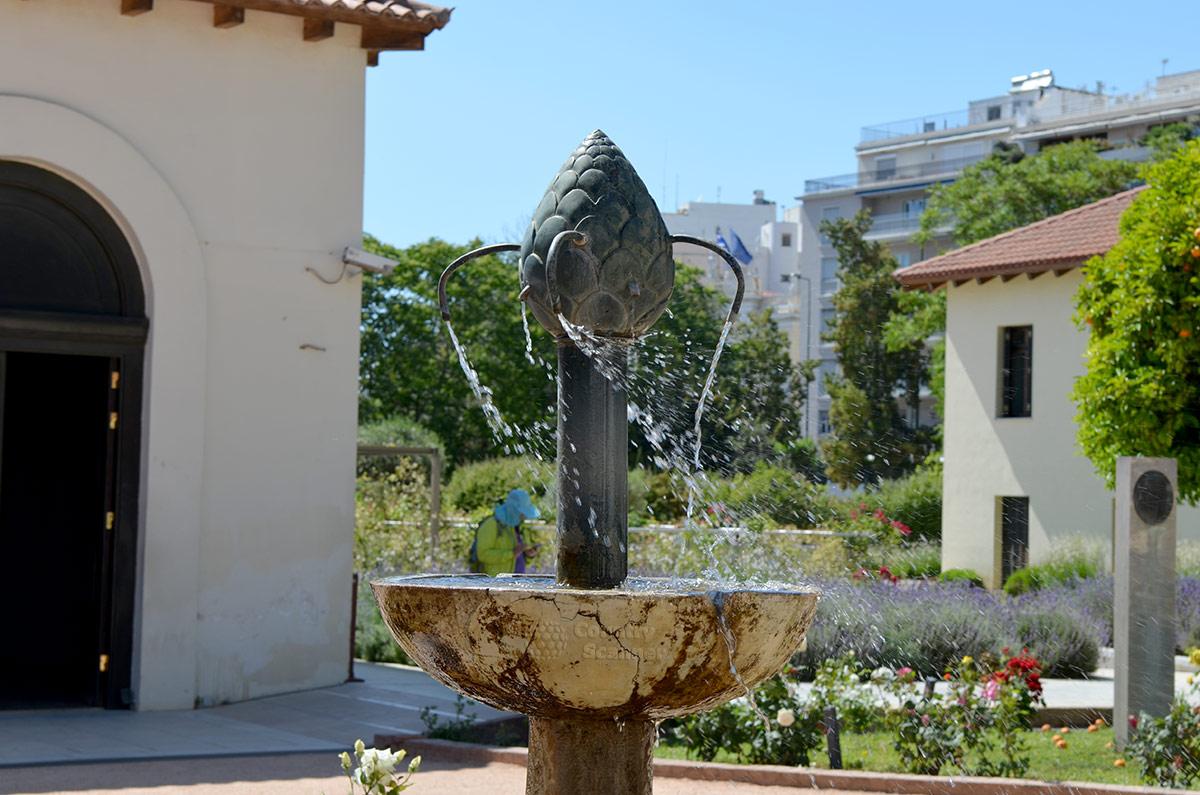В центре дворика византийского музея установлен фонтан, который образует очаг прохлады среди летнего зноя греческой столицы. Фонтан еще и украшает территорию.