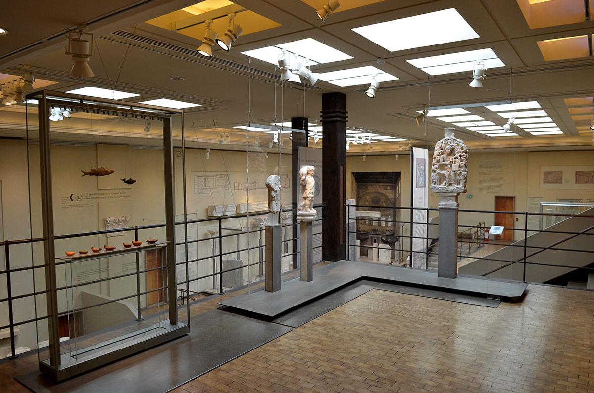 Подземные этажи византийского музея оснащены по последнему слову музейного дела. Применены самые передовые методы дизайна на момент проведения реконструкции виллы.