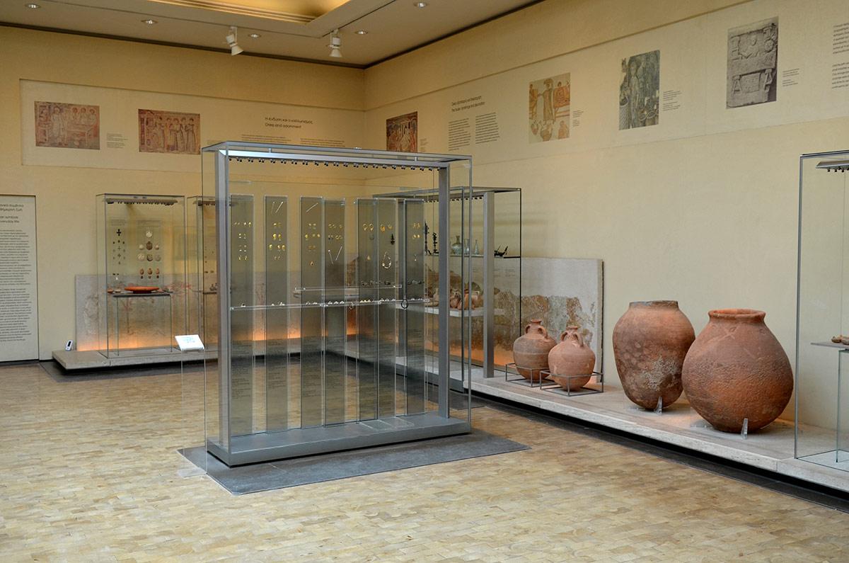 Подборка экспонатов византийского музея обширна и разнообразна. Представлены в том числе древние сосуды большой емкости, используемые для хранения вина и оливкового масла.