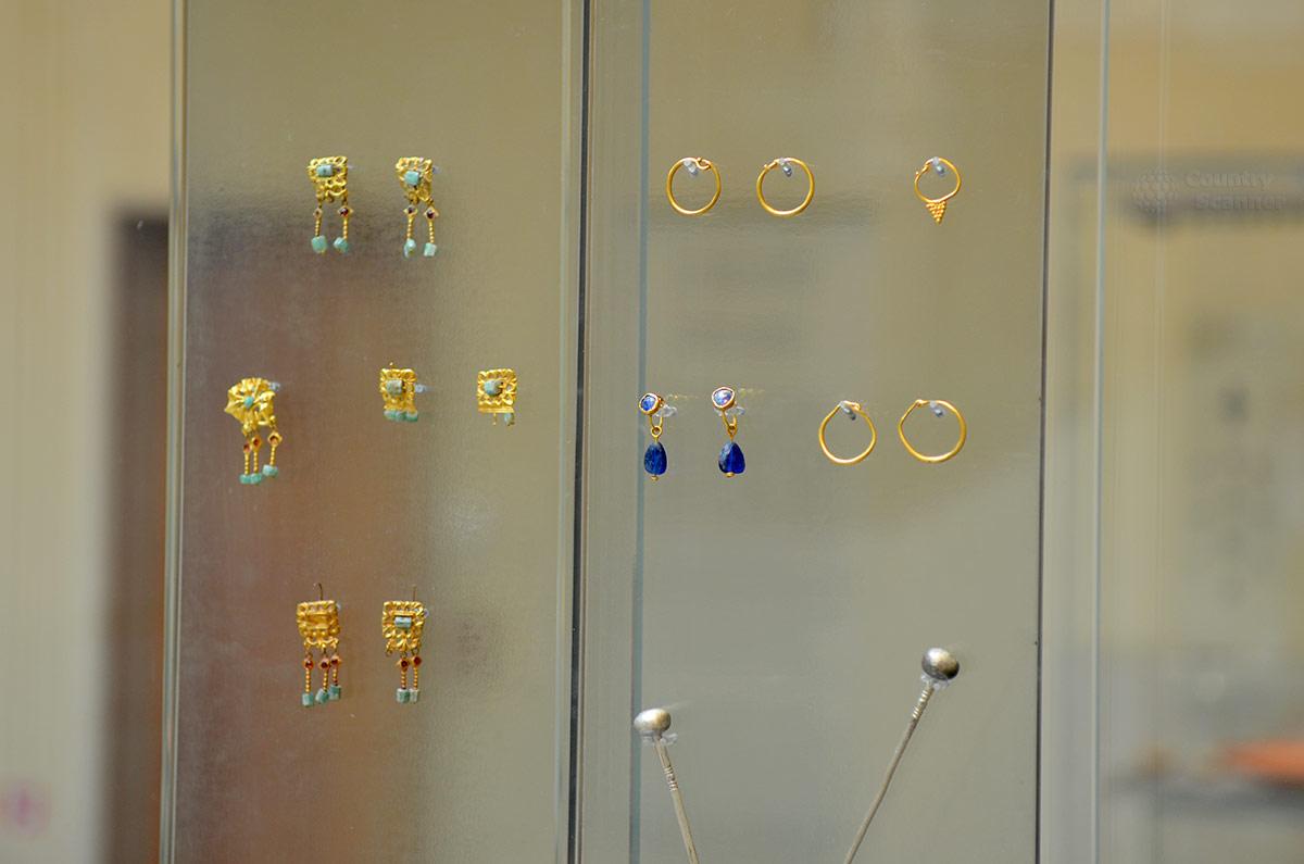Женские ювелирные украшения, представленные в византийском музее, были образцами для всех ювелиров мира. В них широко использовались драгоценные металлы и красивые поделочные камни.