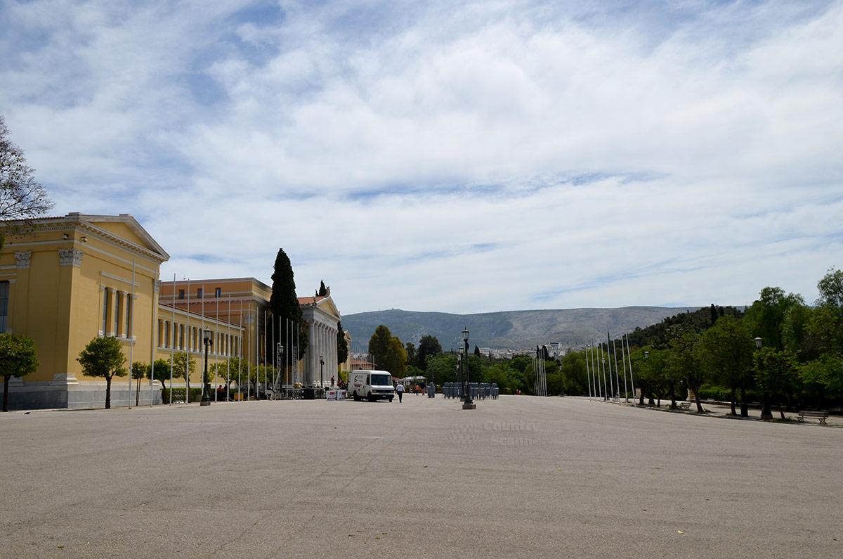 Вид на фасад конгресс-холла Заппейон с оконечности прилегающей площади. Территория достаточна для проведения мероприятий любого масштаба.