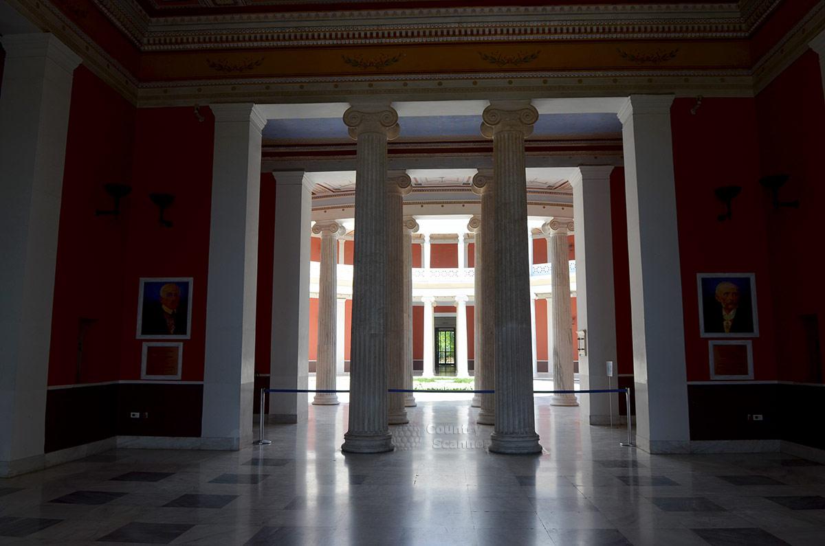 Войдя во дворец Заппейон, к его центральной ротонде нужно проходить среди строя колонн. По сторонам входа портреты основателей и строителей Заппейона – двоюродных братьев Заппасов.