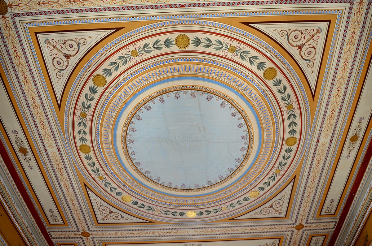 Живописная роспись потолков галерей во дворце Заппейон использует самые простые орнаменты, не самые яркие расцветки линий и тем не менее выглядит изумительно.
