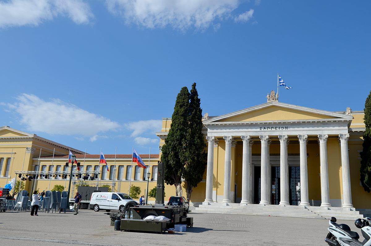 Подготовка к концерту в честь дня Победы 9 мая 2017 года на прилегающей территории возле конгресс-холла Заппейон. Привлекает внимание наличие только флагов России и Греции.