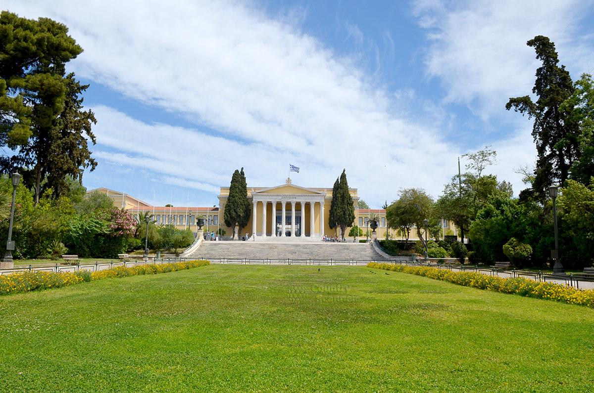 Из прилегающего парка дворец Заппейон выглядит особенно привлекательно и даже внушительно. Широкий газон, еще более широкая лестница выходит на площадь перед дворцом.