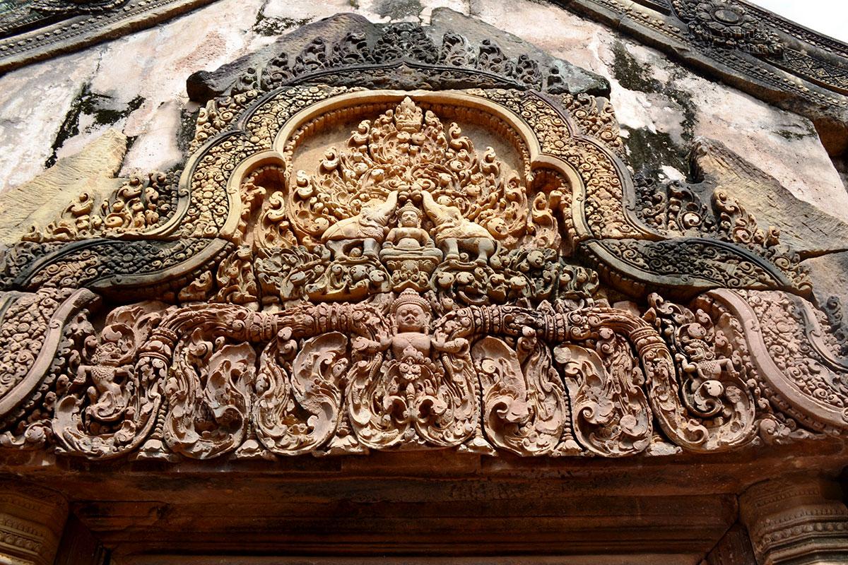 Бантей Срей. Будда со слонами