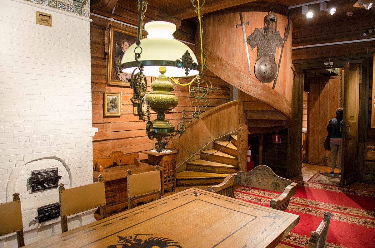 Винтовая лестница музея Васнецова.